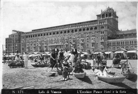 Fotografia della spiaggia dell'Hotel Excelsior a inizio XX secolo (foto F. Forni, Archivio Starwood Hotels)