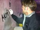 Una fase della cancellazione dei graffiti