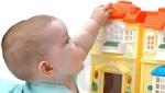 foto con neonato che gioca