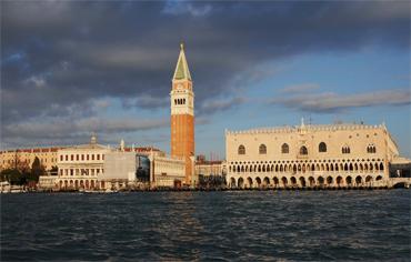 un particolare di Piazza San Marco durante i fuochi pirotecnici della festa del Redentore