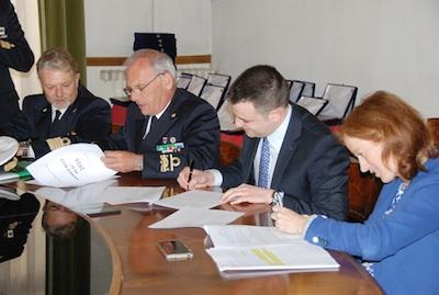 un momento della firma dell'accordo