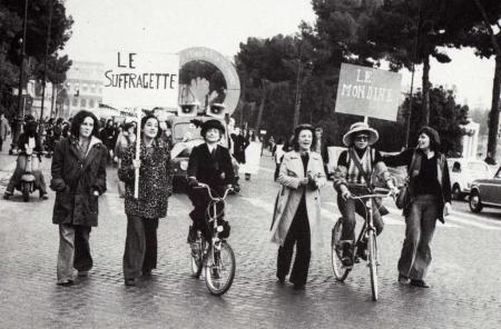 foto di donne in protestaGiovedì