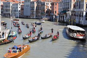 Il corteo di gondole in Canal Grande con i partecipanti a Idee galleggianti