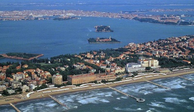 una veduta aerea del Lido di Venezia