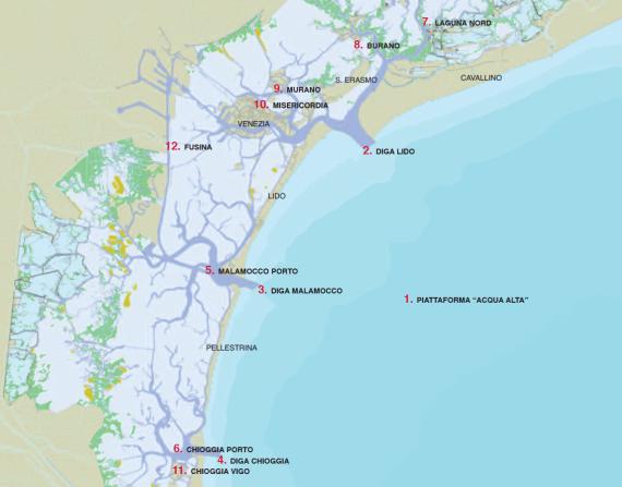 Mappa con i tempi medi di ritardo della marea per le varie località lagunari rispetto a Punta Salute, espressi in minuti (i tempi negativi indicano anticipi). I calcoli sono basati sulle osservazioni dei livelli di marea nel periodo  2005-2014 con l'esclusione delle stazioni di Murano (2005-2008), Chioggia Vigo (2008-2014) e Fusina (2010-2014).