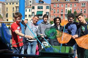 L'Assessore Rey con alcuni partecipanti all'iniziativa al loro arrivo a Ca' Farsetti