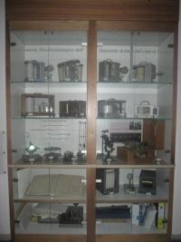 Vetrina presso la sede del CPSM, con esposizione vecchi strumenti meteorologici