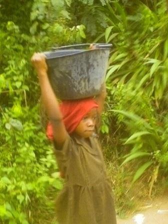 bimba africana con secchio