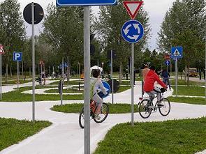 Alunni che percorrono in bici il circuito didattico