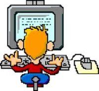 Uomo al computer di spalle