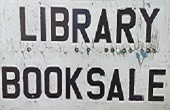 cartello con scritto library book sale