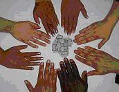 Tante mani in circolo sopra un tavolo