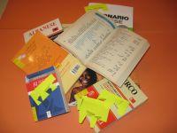Libri e dizionari sparsi su una scrivania
