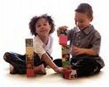 foto di bambini che giocano con le costruzioni