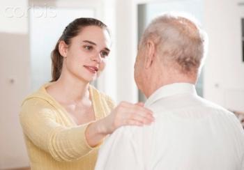 assistente che aiuta un anziano