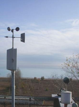 Strumenti meteorologici dell'Osservatorio Bioclimatologico dell'Ospedale al Mare del Lido di Venezia con vista del litorale