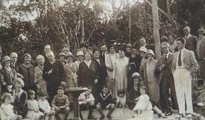 foto in b/n di una famiglia numerosa agli inizi degli anni sessanta