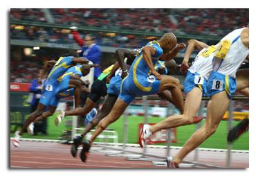 Atleti durante una gara di corsa ad ostacoli