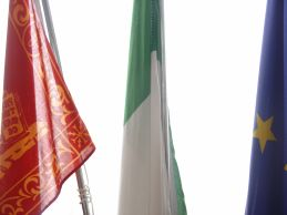 Foto del gonfalone, bandiera italiana e europea