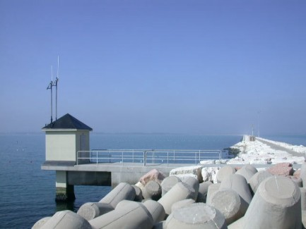 Vista sulla diga sud del Lido di Venezia della Stazione di rilevamento dati livello di marea
