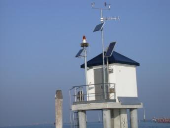 Vista sulla Laguna di Venezia della Stazione di rilevamento dati livello di marea dentro la bocca di porto di Malamocco