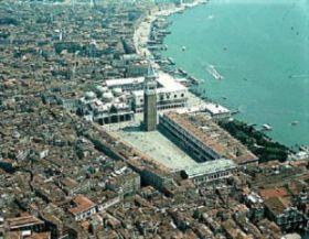 Foto con veduta aerea di Venezia
