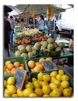 Bancarelle di frutta e verdura al mercato