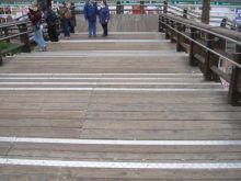 Foto di un ponte con marca-gradino in materiale antisdrucciolo