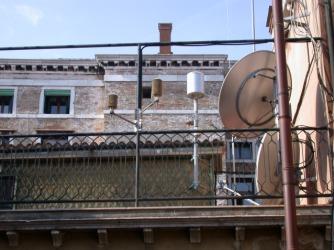Vista della terrazza di Palazzo Cavalli sede del Centro Maree e delle strumentazioni di rilevamento meteorologico