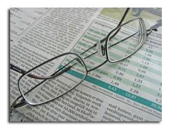 Occhiali appoggiati su dei giornali