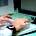 Immagine di un mani su una tastiera