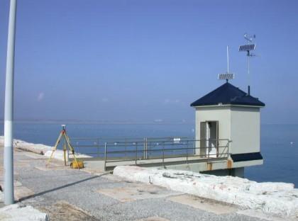 Vista sulla diga nord Malamocco di Venezia della Stazione di rilevamento dati livello di marea