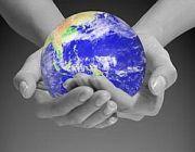 Un azzurro pianeta Terra tenuto tra le mani