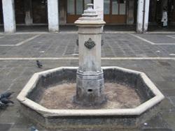 Foto la fontana di San Giacometto a Rialto