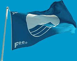 Immagine della bandiera blu che sventola al Lido di Venezia