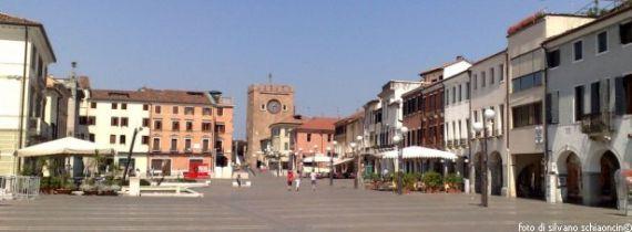 piazza E. Ferretto e la Torre Civica (o dell'Orologio)