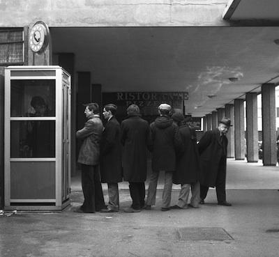 1973: Coda davanti alla cabina telefonica di piazzale Candiani a Mestre