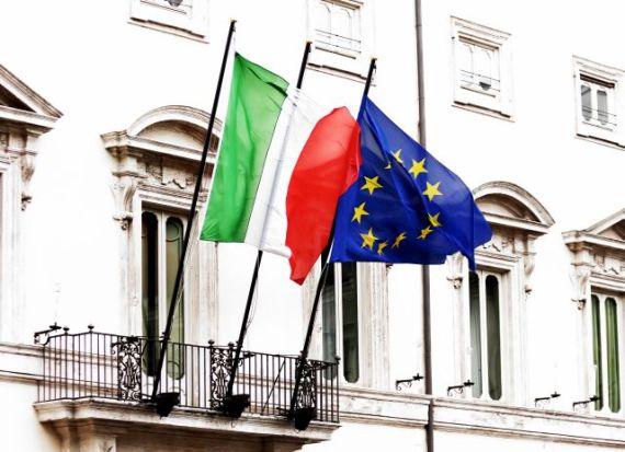 foto della bandiera italiana e di quella europea