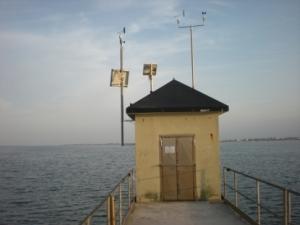 Vista sulla diga sud di Chioggia della Stazione di rilevamento dati livello di marea