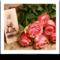 fotografia in bianco e nero con accanto un mazzo di rose rosa