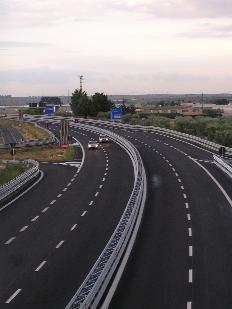 Immagine di strada a carreggiate separate