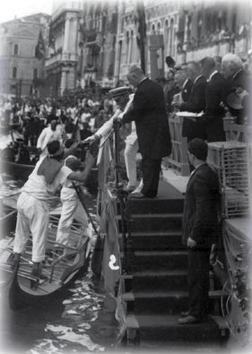 1921 I vincitori della Regata si avvicinano alla machina. Il maialino, nella gabbia, sarà consegnato ai quarti, come da tradizione