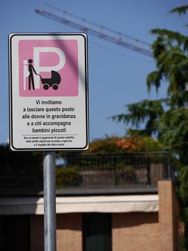 """Cartello pargheggio rosa con una P , il disegno di una donna incinta e di una persona che spinge una carrozzina e la scritta """"vi invitiamo a lasciare questo posto alle donne in gravidanza e a chi accompagna bambini piccoli"""""""