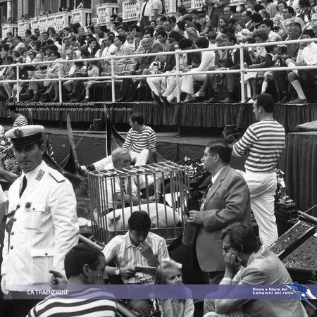 1969 Tanta gente sulle gradinate mentre in gondola  il porchetto attende di essere assegnato all'equipaggio 4° classificato