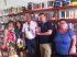 foto con il Presidente della Municipalità che tiene in mano il libro, l'autore e le dipendenti della biblioteca