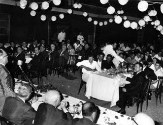 """1962 E' il momento del saluto del sindaco Favaretto Fisca al """"disnar"""" dei regatanti: Strigheta, primo a destra, ascolta con attenzione le parole del primo cittadino"""