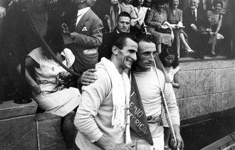 """1947 Albino Dei Rossi """"Strigheta"""" e Marcello Bon """"Ciapate"""" posano per i fotografi"""