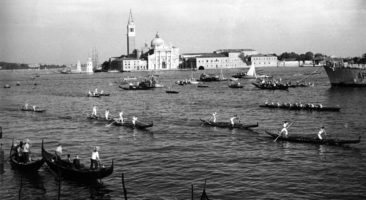 """1951 Virgilio D'Este """"Mariner""""-Lidiano Dei Rossi primi all'entrata in Canal Grande, seguiti da Luigi Seno """"Bota""""- Pietro Grassetti """"Pavero"""" e da Albino Dei Rossi """"Strigheta""""-Marcello Bon """"Ciapate"""""""