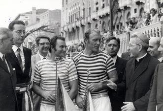"""1972 Giuseppe Fongher """"Bepi"""" e Sergio Tagliapietra """"Ciaci"""", ancora primi, sorridono al patriarca Luciani, futuro Papa Giovanni Paolo I"""