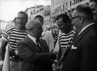 """1961 Regata dei campioni: il presidente del Consiglio Fanfani consegna a """"Ciaci"""" e """"Strigheta"""" la bandiera rossa dei primi arrivati"""